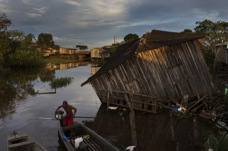 Pescador recolhe o motor do barco em um igarapé de Altamira. Todas as casas localizadas nas áreas mais baixas da cidade serão removidas por causa do aumento do nível do rio Xingu com a construção da Usina Hidrelétrica de Belo Monte.